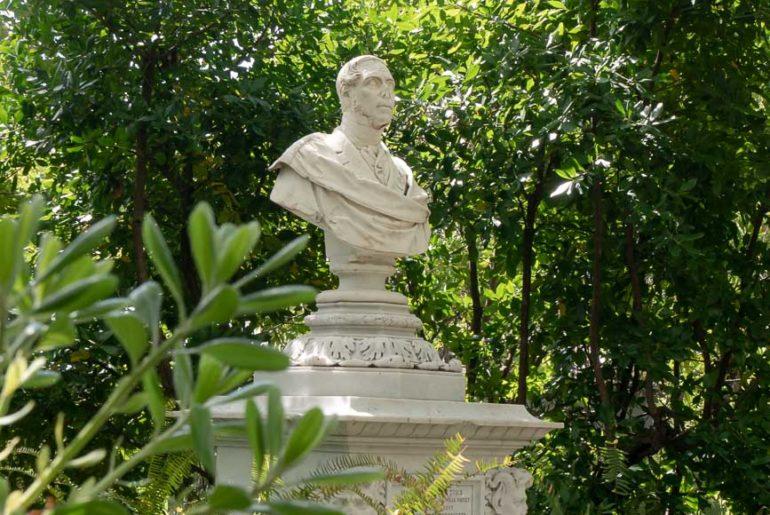Busto di Michele Canzio situato presso il Lago Grande a Villa Durazzo Pallavicini